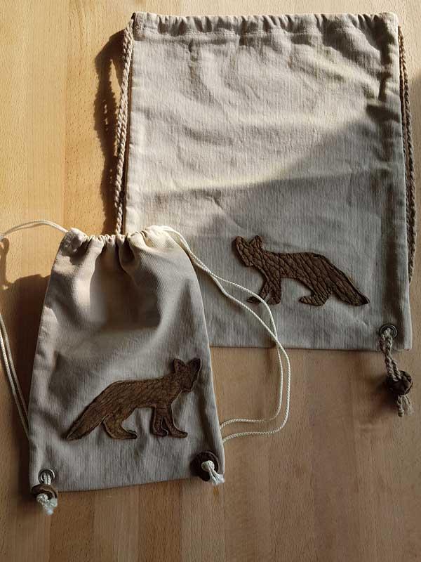 Babyrucksack: Mischgewebe mit Lederapplikation, 17 cm x 25 cm, Preis: 20 €. Kleinkind: 35 cm x 28 cm, Preis: 25 €