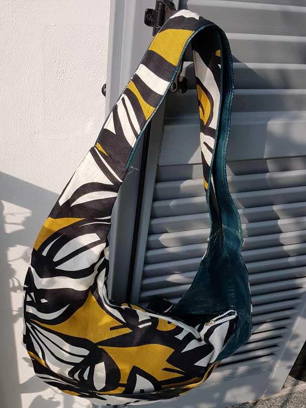 Gemusterte Tasche: außen Leinen, innen wasserdichtes Kunststofffutter, Maße. ca. 80 cm x 52 cm x 35 cm, Innentasche mit Reißverschluß, Preis : 40 €