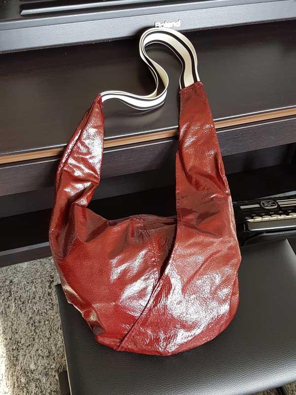 Nostalgiemodell: Knautschlackleder mit Gummiträgern, Innen graues Viskosefutter, Maße. 80 cm x 45 cm x 35 cm, Innentasche mit Reißverschluß, Preis: 45 €