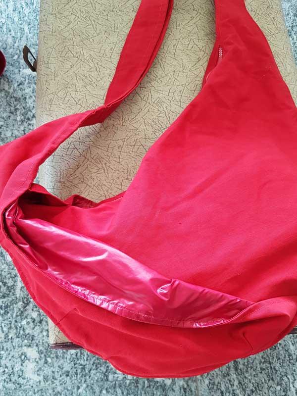 Rote Tasche: Baumwolle, weiches schimmerndes Kunstfaserinnenfutter, Maße: 80 cm x 52 cm x 35 cm, Innentasche mit Reißverschluß, Preis: 40 €