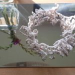 """Schmuckstücke: Nylonkette """"Koralle"""" weiß, Maß: Ǿ 14 cm, 20 €. Ǿ 20 cm (auch in anderen Farben), 40 €"""